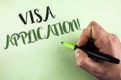 显示签证申请诱导电话的文本标志 提供您的基本信息的概念性照片板料写由人举行 免版税库存照片
