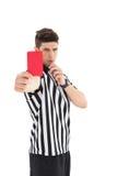 显示红牌的严厉的裁判员 免版税库存照片