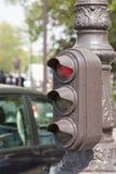 显示红色信号的减速火箭的步行红灯 葡萄酒经典欧洲城市背景 葡萄酒作用 库存图片