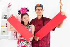 显示红色春天对联的亚裔人员 免版税库存照片