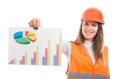 显示纸图的美丽的建筑师工程师妇女 免版税库存图片