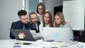 显示纸张文件同事的女性teamleader开谈论队的会议工作 股票视频