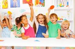 显示纸板形状的愉快的孩子 免版税图库摄影