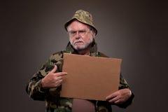 显示纸板片断的越南退伍军人 免版税库存照片