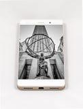 显示纽约,美国的整个银幕的图片现代智能手机 免版税库存照片