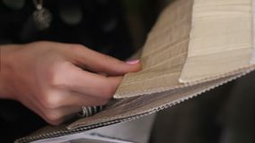 显示织品样片对他的顾客和接触纺织品纹理的家庭装饰员 影视素材
