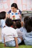 显示绘画的教师对学员 免版税库存照片