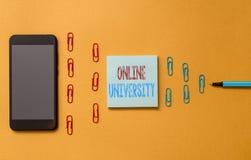 显示网上大学的文本标志 概念性照片远距离学习路线被接收色的互联网 库存照片