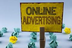 显示网上广告的文字笔记 企业照片陈列的网站竞选到达writte的广告电子销售SEO 免版税库存照片