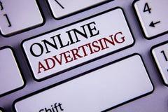 显示网上广告的文字笔记 企业照片陈列的网站竞选到达writte的广告电子销售SEO 免版税库存图片
