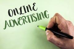 显示网上广告的文本标志 人举行写的概念性照片网站竞选广告电子销售SEO到达 免版税库存照片