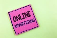 显示网上广告的文本标志 在桃红色Sti写的概念性照片网站竞选广告电子销售SEO到达 免版税库存照片