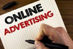 显示网上广告的概念性手文字 企业照片陈列的网站竞选广告电子销售SEO伸手可及的距离 库存图片