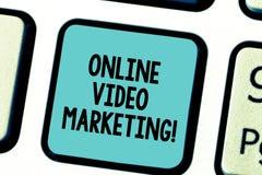 显示网上录影行销的文本标志 概念性照片允诺的录影到市场活动键盘键里 免版税库存照片