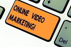 显示网上录影行销的文本标志 概念性照片允诺的录影到市场活动键盘键里 库存照片