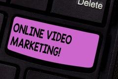 显示网上录影行销的概念性手文字 企业照片文本允诺的录影到市场活动里 图库摄影