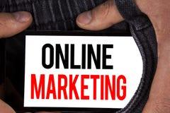 显示网上行销的文本标志 销售数字式广告社会媒介电子商务的概念性照片写在流动Scree 图库摄影