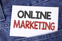 显示网上行销的文本标志 销售数字式广告社会媒介电子商务的概念性照片写在稠粘的笔记 免版税图库摄影