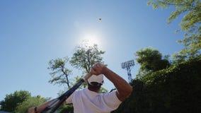 显示网球服务的人在阳光 影视素材