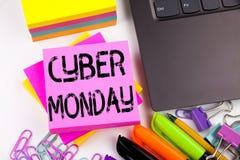 显示网络星期一的文字文本做在有周围的办公室例如膝上型计算机,标志,笔 零售嘘的企业概念 库存照片