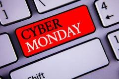 显示网络星期一的文字笔记 陈列特殊的拍卖的企业照片在黑星期五网上购物电子商务以后 图库摄影