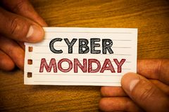 显示网络星期一的文本标志 概念性在黑星期五网上购物电子商务以后的照片特殊的拍卖 免版税库存照片