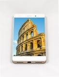 显示罗马,意大利的整个银幕的图片现代智能手机 免版税库存照片