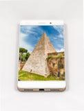 显示罗马,意大利的整个银幕的图片现代智能手机 免版税图库摄影