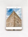 显示罗马,意大利的整个银幕的图片现代智能手机 库存照片