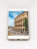 显示罗马,意大利的整个银幕的图片现代智能手机 免版税库存图片