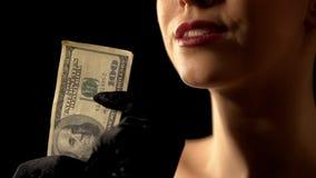 显示美元的贪婪的妇女入照相机、困境或者抽奖优胜者,赌博娱乐场 库存图片