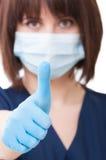显示翘拇指的牙医医生 库存图片
