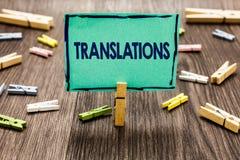 显示翻译的文本标志 概念性翻译词文本声音任意剪贴美术工作的照片书面或打印的过程 免版税图库摄影