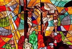 显示耶稣在十字架上钉死的彩色玻璃 免版税图库摄影