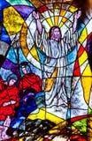 显示耶稣复活的彩色玻璃 库存图片