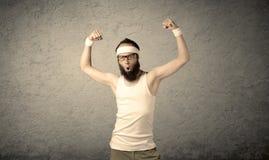 显示肌肉的年轻男性 免版税库存图片