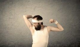 显示肌肉的年轻男性 库存图片