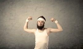 显示肌肉的年轻男性 库存照片