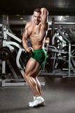 显示肌肉的强的运动人健身模型躯干 免版税库存照片