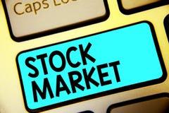 显示股市的文字笔记 陈列股票和证券被换或exhange Keyboa的特殊市场的企业照片 库存照片