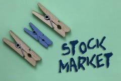 显示股市的概念性手文字 陈列股票和证券被换或exh的特殊市场的企业照片 图库摄影