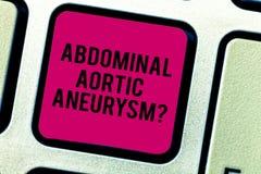 显示胃肠大动脉Aneurysmquestion的文本标志 概念性的照片认识主动脉键盘的扩大 免版税库存照片