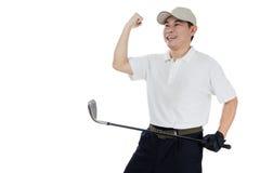 显示胜利姿态的愉快的亚裔中国男性高尔夫球运动员 免版税库存照片