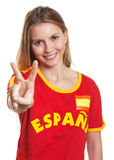 显示胜利标志的西班牙体育迷 库存图片