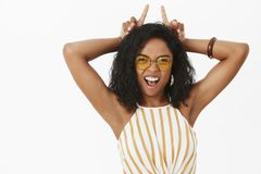 显示脾气的所有边 敢太阳镜的被加强的和确信的滑稽的年轻非裔美国人的妇女画象  免版税库存图片