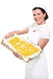 显示自创新鲜的意大利面食的新美丽的妇女 免版税图库摄影