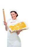 显示自创新鲜的意大利面食的新美丽的妇女 图库摄影