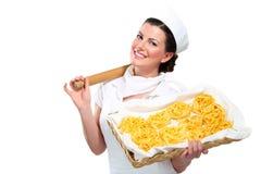 显示自创新鲜的意大利面食的新美丽的妇女 免版税库存图片