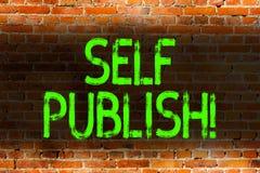 显示自已的文本标志出版 概念性照片作家出版一个的片断独立地工作在自己的费用砖 免版税库存图片