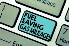 显示节约燃料汽油里程的文本标志 消费在车费用的概念性照片较少金钱供气储款 库存图片